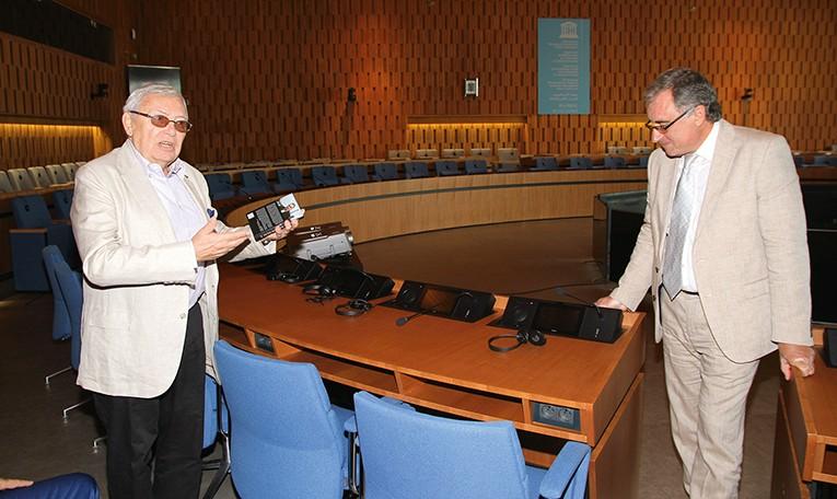 Чрезвычайный и полномочный Посол РФ, член Государственной комиссии по делам ЮНЕСКО Сидоров Е. Ю. (слева) во время презентации книги Марка Лачина, Штаб-квартира ЮНЕСКО, Париж